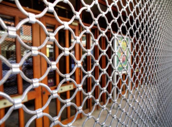 Installer un rideau métallique pour son commerce