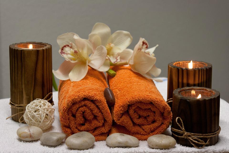 massage en couple : serviettes et bougies